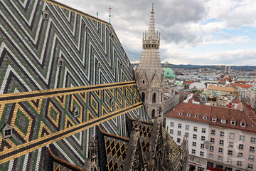 Leah-Ramuglia-Photography-the-geometric-mosaic-roof-of-saint-stephens-cathedral-in-vienna-austria-europe-2018.jpg