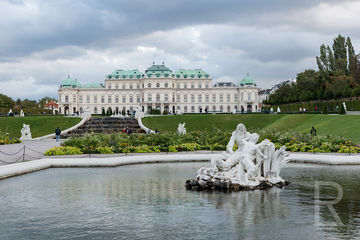 Leah-Ramuglia-Photography-statues-and-fountains-at-belvedere-palace-in-vienna-austria-europe-2018.jpg