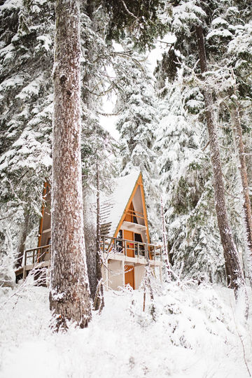 Snowy-Cabin-Stevens-Pass-Washington-TheMandagies.jpg