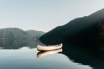 Floating-Canoe-Lake-Crescent-Washington-TheMandagies.jpg